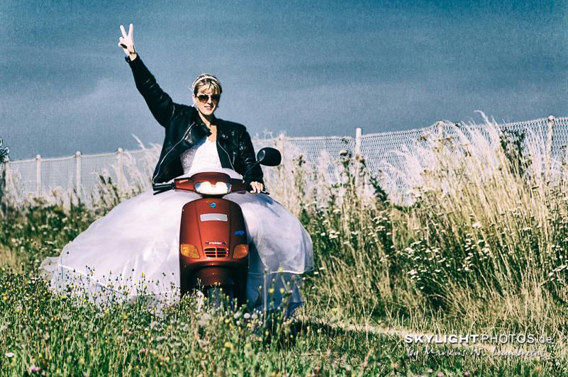 Trash The Dress, Braut fährt Mofa